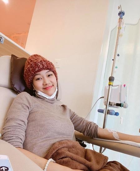 Minh Anh đang điều trị tại Nhật Bản, nhờ sự chăm sóc, giúp đỡ của bạn trai. Những lần hóa trị, anh sẽ đi cùng cô, còn khi tái khám, tự đi được, Minh Anh đều chủ động.Ảnh: Nhân vật cung cấp.