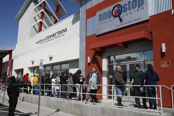 Hàng người chờ giới thiệu việc làm tại mộttrung tâm ở Las Vegas. Ảnh: AP.