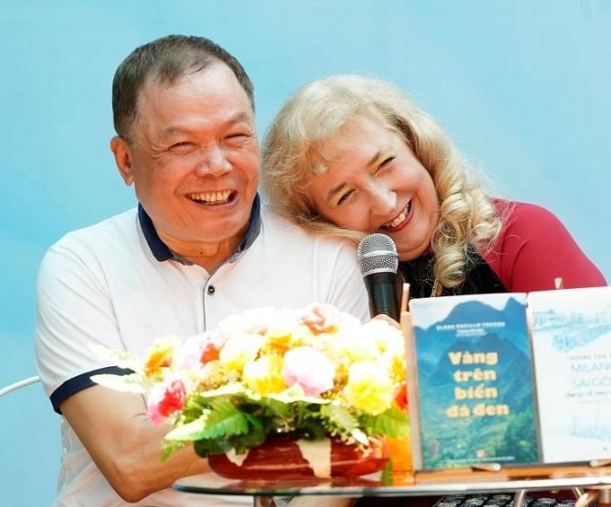 Ông Dân và vợ không có con. Họ sống ở Italy sau đó về Việt Nam. Đam mê của họ là đọc sách, sáng tác. Ảnh: Nhân vật cung cấp.