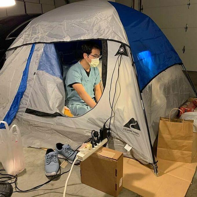 Timmy Cheng ngủ ngoài garage để không lây bệnh cho gia đình. Ảnh: Timmy Cheng.