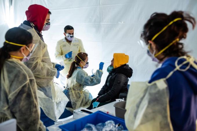 Bác sĩ lấy mẫu của một nhân viên bệnh viện tại lều kiểm dịch bên ngoài bệnh viện St. Barnabas ở Bronx, New York hôm 24/3. Ảnh: AP.