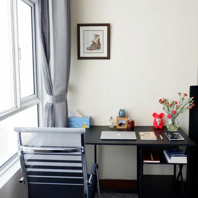 Bàn làm việc sắp xếp ngăn nắp và điểm xuyết thêm bức tranh hoặc lọ hoa yêu thích giúp căn phòng thêm sinh động.