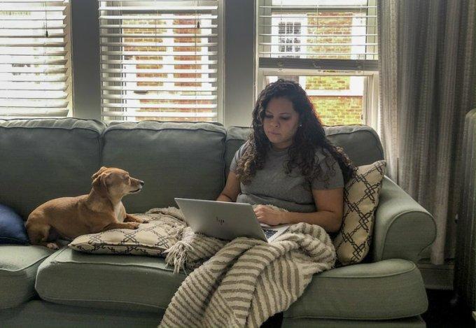 Vicktery Zimmerman đang phải vất vả thích nghi với cuộc sống quanh quẩn trong nhà giữa thời Covid-19. Ảnh: AP.