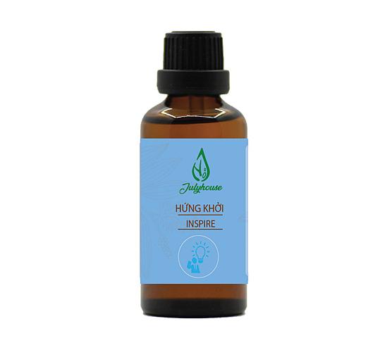 Tinh dầu Inspire của Julyhouse là sự kết hợp ba trong một, gồm tinh dầu bạc hà, ngọc lan tây và chanh, mang đến mùi hương thiên nhiên mới lạ, lưu mùi bền lâu. Cho 1-3 giọt vào máy khuếch tán hoặc đèn đốt tinh đầu có chứa sẵn nước, hoặc cho tình dầu vào vỏ khuếch tan, treo ở nơi làm việc hoặc nơicần khử mùi, bạn sẽ có một không gian không còn mùi hôi, ẩm mốc, chỉ còn cảm giác mát lành giúp lưu thông máu, trị đau đầu, tinh thần sảng khoái, hình thành nguồn năng lượng mới, làm việc hiệu quả. Lọ 30ml có giá199.000 đồng,giảm 30% còn 139.000 đồng.