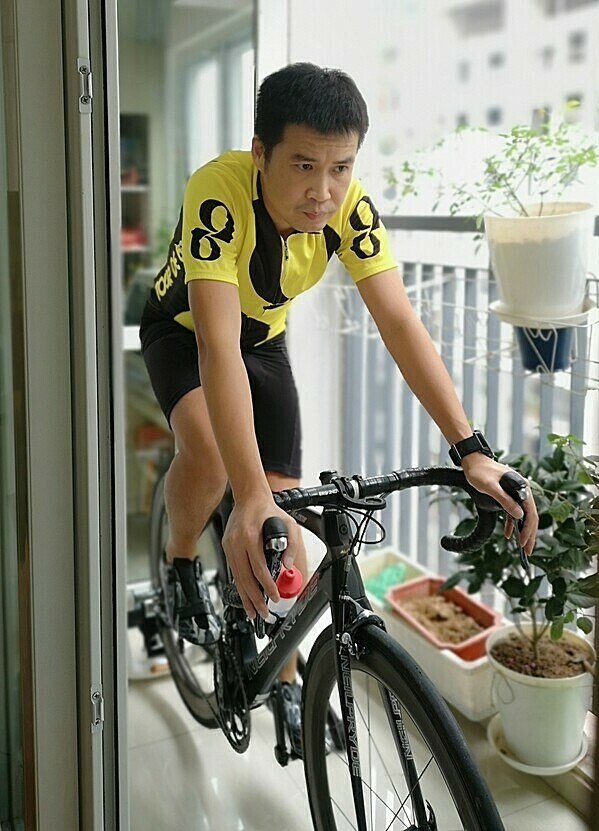 Anh Quốc An đạp xe tại nhà trong thời gian cách ly xã hội. Ảnh: Nhân vật cung cấp.