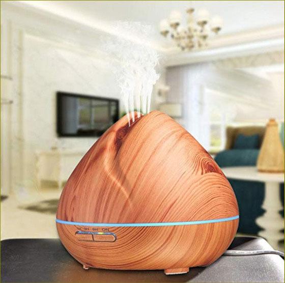 Máy khuếch tán tinh dầu quả đào gỗ vàng là từ nhựa, có thể hoạt động liên tục trong nhiều giờ liền, có thể hẹn giờ 1, 3, 6 giờ và tự tắt khi hết nước. Với kích thước đường kính 17 cm, chiều cao 14,5 cm, dung tích bình chứa 400 ml, máy khuếch tán tinh dầu trong phạm vi từ 40m2 - 60m2.Ánh sáng đèn nhiều màu có thể chọn màu sắc mong muốn hoặc tắt khi cần bóng tối hoàn toàn để ngủ. Máy bán kèm 3 lọ tinh dầusả chanh,bưởi,cam mỗi lọ 10 ml của Lorganic có giá900.000, giảm 39% còn550.000 đồng.