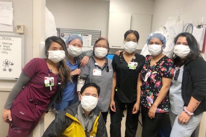 Nhân viên y tế tại mộ bệnh viện của Mỹ sử dụng khẩu trang y tế do nhóm của Kati Nguyễn gửi tặng. Ảnh: Kati Nguyễn.