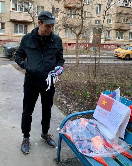 Khẩu trang vải của người Việt may được đặt dưới sân khu dân cư ở Nga kèm với chú thích Nếu cần bạn có thể lấy 1-2 chiếc, kèm hướng dẫn sử dụng. Ảnh: Sỹ Bằng.