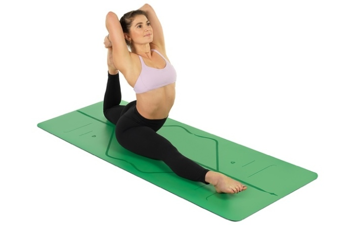 Thảm tập là người bạn đồng hành với mỗi yogies trong các buổi tập. Chiếc thảm tập yoga định tuyến PU Liforme 4,2 mm làm từ cao su thiên nhiên và eco polyurethane, trọng lượng 2,5 kg, kích thước 185 x 68 x 4,2cm. Chất liệu PU cao su giúp bạn vẫn bám chặt thảm ngay cả khi có mồ hôi ướt nhiều trong khi tập luyện. Thảm giảm 13% còn 3,899 triệu đồng (giá gốc 4,5 triệu đồng).
