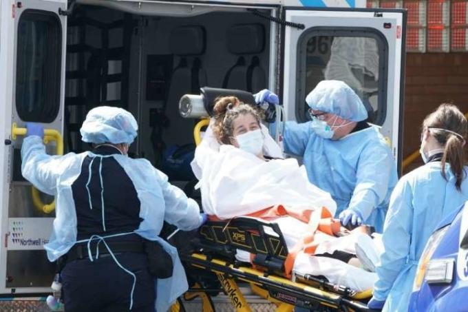 New York là một trong những ổ dịch trầm trọng nhất của nước Mỹ nhưng các bệnh viện ở New York cũng đang phải đối mặt với tình trạng thiếu thốn thiết bị bảo hộ trầm trọng. Ảnh: MSN.