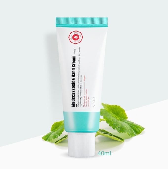 Kem dưỡng ẩm Apieu Madecassoside Hand Cream 40 ml có tác dụng chăm sóc da tay. Sản phẩm chứa thành phần madecassoside và chiết xuất từ cây rau má, giúp chăm sóc bàn tay đang thô ráp và bị tổn thương, cho da thêm phần ẩm mịn, mềm mại và sáng hơn. Hand cream cũng có thể dùng bôi cho vùng da chai sần như khuỷu tay, đầu gối, gót chân, mắt cá chân... để làm mềm da và giảm thâm. Sản phẩm có giá 109.000 đồng.