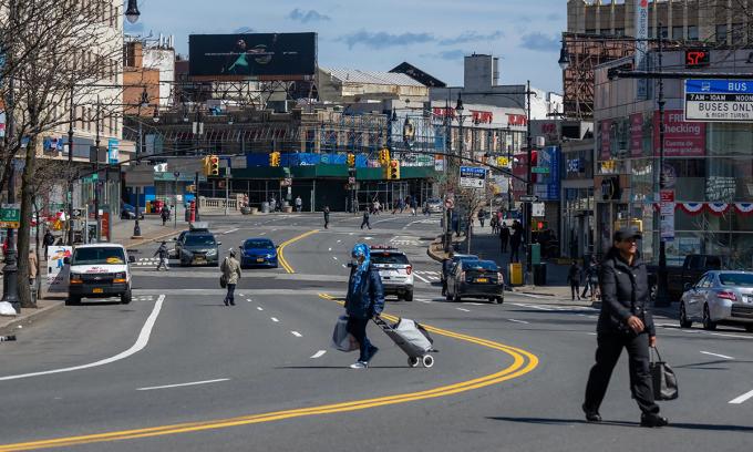 Người dân trên phốFordham, Bronx. Các số liệu thống kê cho thấy tỷ lệ người chết vì Covid-19 ở Bronx cao gấp 2 lần tỷ lệ chung của toàn thành phố New York. Ảnh:David Dee Delgado/Bloomberg.