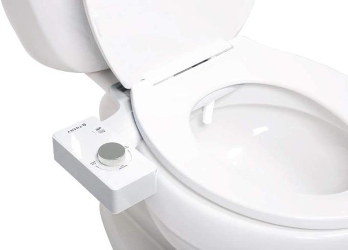 Covid-19 bùng phát đã giúp doanh thu từ vòi xịt vệ sinh của hãng Tushy đạt 1 triệu USD mỗi ngày, tại Mỹ. Ảnh: The Guardian.