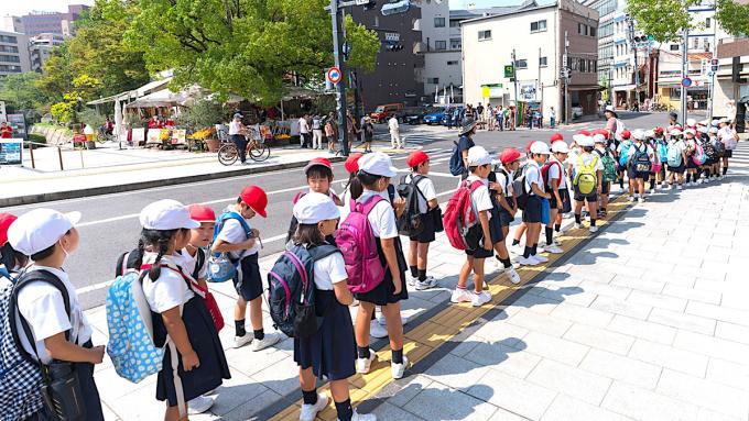 Xếp hàng là kỹ năng trẻ em Nhật được rèn từ rất sớm. Ảnh: Japan Info.