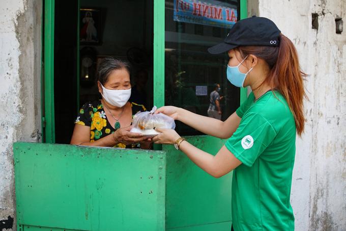 Cơm được mang đến tận nhà cho những người khó khăn không thể đi lấy được.