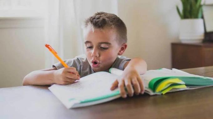 Nếu con bạn không hứng thú học, điều đó có nghĩa là bạn chưa làm đúng cách. Ảnh: Healthline.
