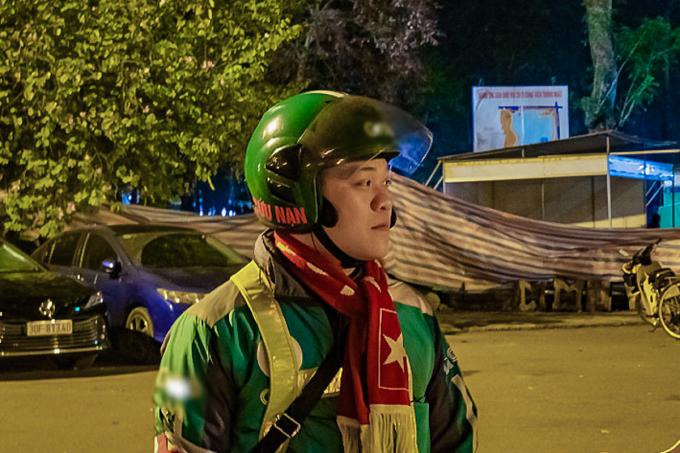 Anh Việt trang bị băng chữ thập đỏ, dán chữ cứu nạn trên mũ bảo hiểm và túi y tế để sơ cứu cho bất kỳ ai gặp nạn gặp trên đường, hoặc được báo tin. Ảnh: Nhân vật cung cấp.
