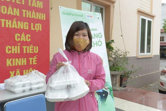 Ấm lòng suất cơm miễn phí cho lao động nghèo Hà Nội