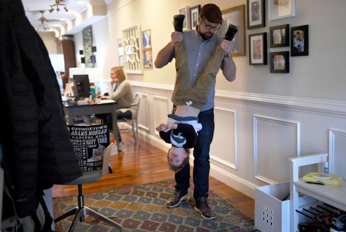 Steve Centrella chơi với Oliver, 4 tuổi, trong khi vợ anh, Lauren, làm việc trong phòng bếp. Ảnh: The Washington Post.