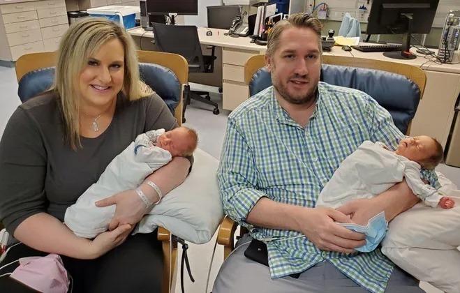 Jen Laubach đang bế bé Mitchell còn chồng cô, anh Andrew Laubach bế bé Maksim trong bệnh viện hôm 24/4. Ảnh: Bệnh viện Troy Beaumont.