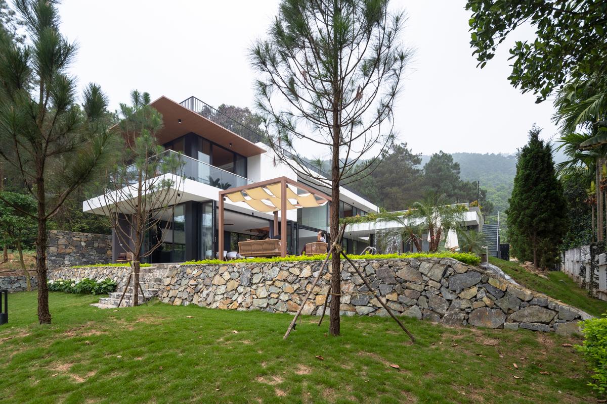 TRC 1747 copy 1588056512 - Ngôi nhà có thác nước giữa đồi thông