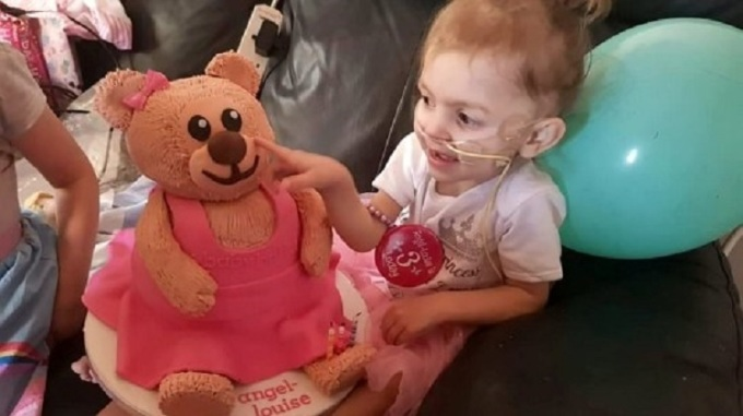 Bé gái bị bệnh được nhận hàng trăm quà tặng từ người lạ