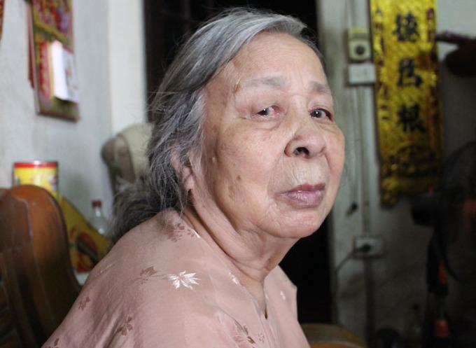 Suốt 75 năm qua, điều khiến bà Hòe ân hận là chưa từng hỏi thầy, bu tên làng mình là gì, để bây giờ mất cội nguồn, quê hương. Ảnh: Phạm Nga.