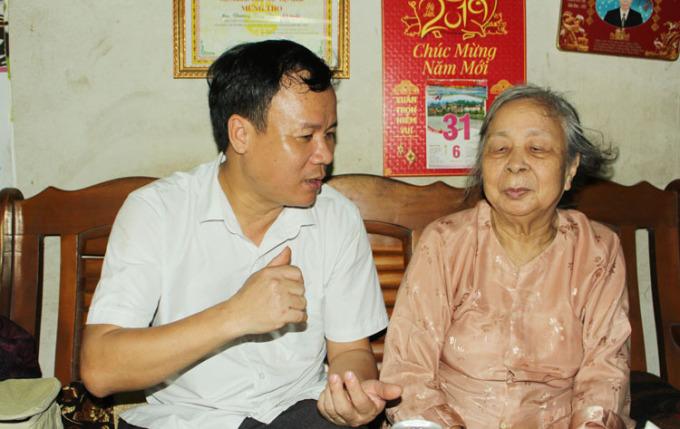 Bà Hòe nghĩ gia đình đã chết hết trong nạn đói năm 1945, nhưng anh Sáng - con trai bà vẫn mong muốn chắp nối những ký ức của mẹ với hy vọng tìm được nhà ngoại. Ảnh: Phạm Nga.