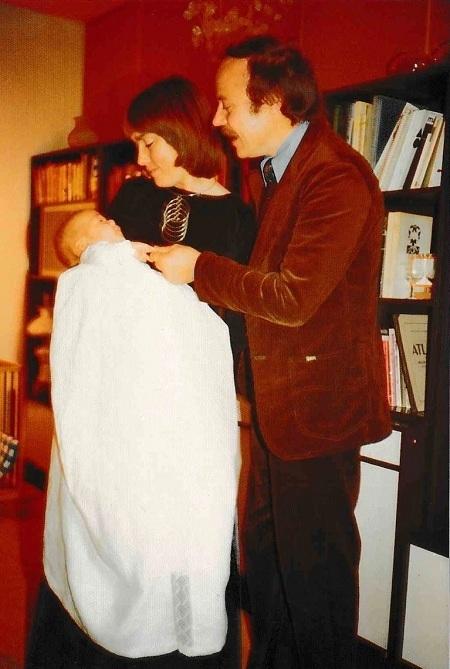Vợ chồng ông Kjeld và con trai Simon năm 1979, đây là bức ảnh hiếm hoi còn sót lại sau vụ cháy. Ảnh: Gia đình cung cấp.