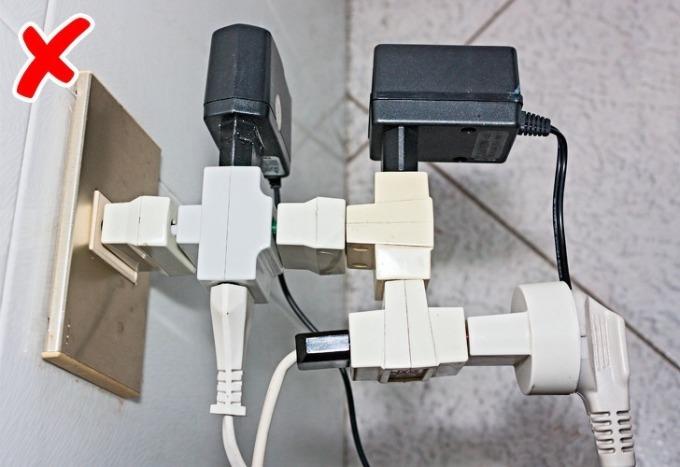 Bạn nên trang bị số lượng ổ cắm trong nhà ở nhiều vị trí, nếu không sau này bạn sẽ phải chuẩn bị nhiều dây đấu nối hay các ổ rời. Ảnh: Brightside.