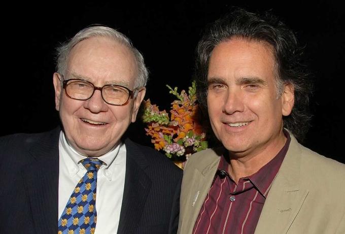 Warren Buffett và con trai út Peter Buffett tại một sự kiện năm 2008. Ảnh: CNBC.