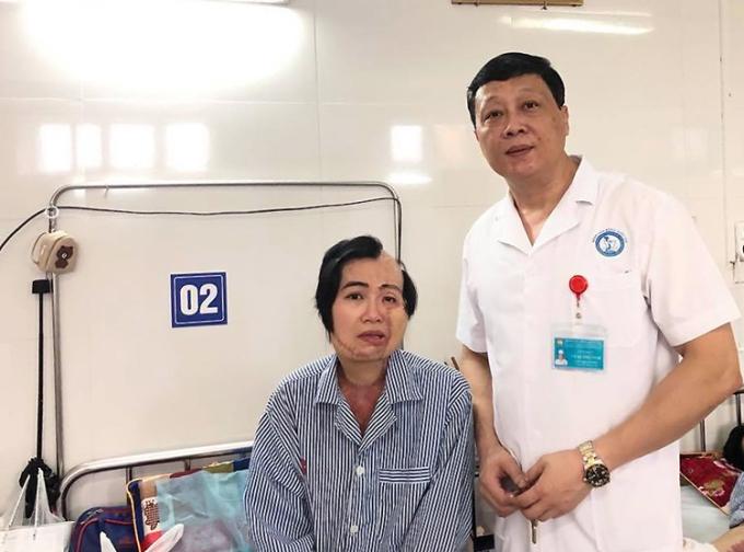 Cô Huyền được PGS- TS Vũ Quang Vinh điều trị tại bệnh viện Bỏng Quốc gia năm 2019. Ảnh: Nhân vật cung cấp.