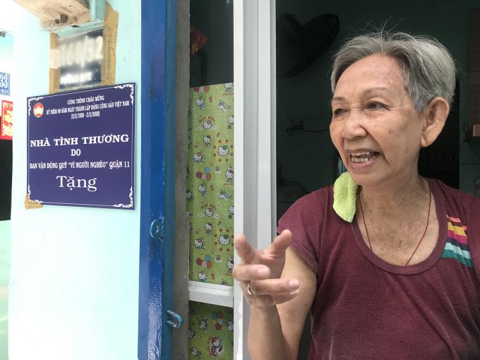 Bà Dung đứng trước cửa nhà mình. Ảnh: K.A