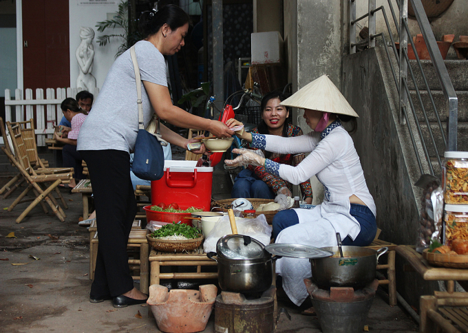 Hàng bún riêu được nấu từ nguyên liệu lấy từ nhiều nơi. Rau từ những vườn rau hữu cơ ở Lâm Đồng, chả, riêu cua lấy từ Huế... Ảnh: Diệp Phan.