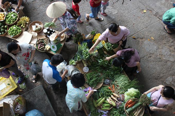Những gian hàng bán rau củ, trái cây được khách hàng tập trung mua nhiều nhất. Ảnh: Diệp Phan.