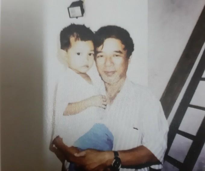 Ông Tiến bế Long Biên năm 1999, khi cậu bé vừa được ông bà đón từ cầu Long Biên về. Ảnh: Nhân vật cung cấp.