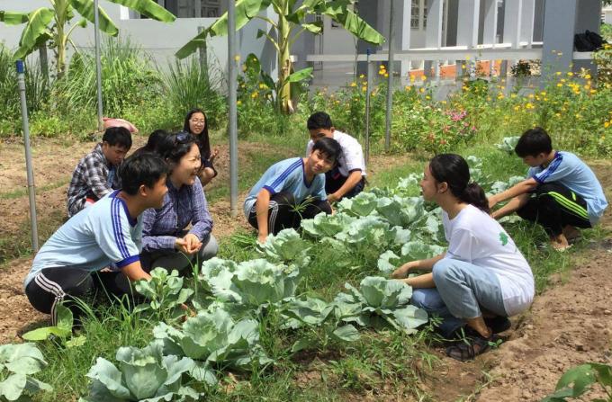 Chị Mayu thăm vườn rau của học sinh trường , sáng 20/5. Ảnh: Nhân vật cung cấp.