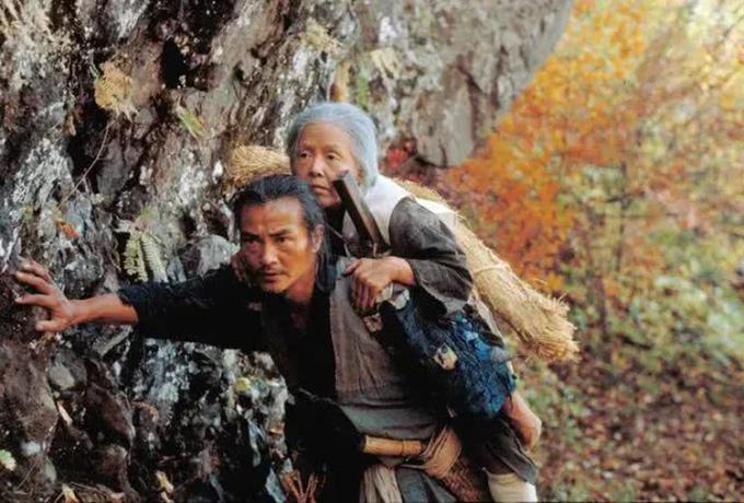 Cảnh người con trai cả cõng mẹ lên núi Narayama để tự chết nhằm giảm gánh nặng thực phẩm cho gia đình. Ảnh: sohu.
