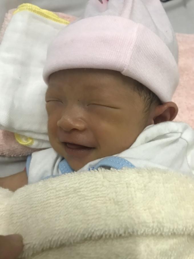 Biểu cảm đáng yêu khi bé chào đời