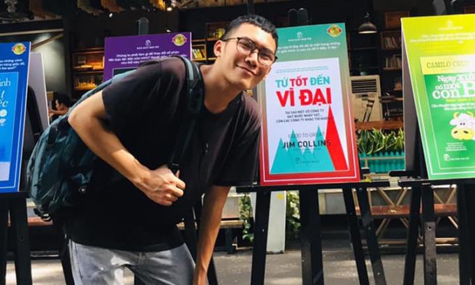 Hoàng Quý Bình hiện là chủ nhiệm câu lạc bộ ACE- Ngày mai tươi sáng, người sáng lập thư viện 0 đồngDfree Book và dự ánGreenLife Đổi rác lấy quà ở Hà Nội. Ảnh: Quý Bình.