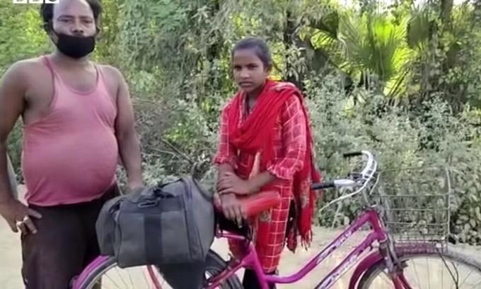 Chiếc xe đạp màu tím giá 20 USD được bố con Jyoti mua bằng nhũng đồng tiền cuối cùng. Ảnh: BBC.