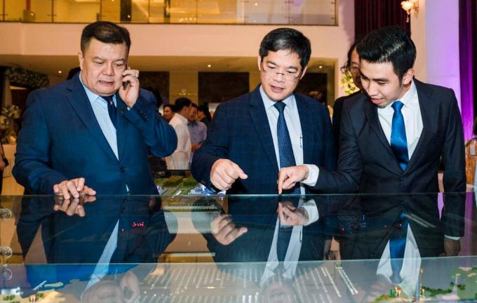 Lê Hoàng Đạt (ngoài cùng phải) giới thiệu dự án Điện sinh khối của tập đoàn Tín Thành với phó Tổng giám đốc Điện lực Việt Nam, ông Nguyễn Tài Anh (giữa) và ngoài cùng là chủ tịch Tập đoàn Tín Thành, ông Trần Đình Quyền. Ảnh: Nhân vật cung cấp.
