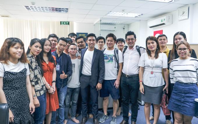 Lê Hoàng Đạt (áo vest giữa) cùng nhân viên công ty mình tiếp đón các nhà đầu tư đến từ Nhật, tháng 4/2020. Ảnh: Joco.