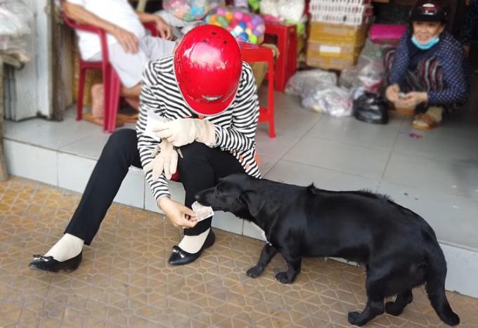 Chú chó hiện tại nặng 20kg, thường bán được nhiều hơn chủ trong những ngày hai cha con đi làm. Ảnh: Nhân vật cung cấp.