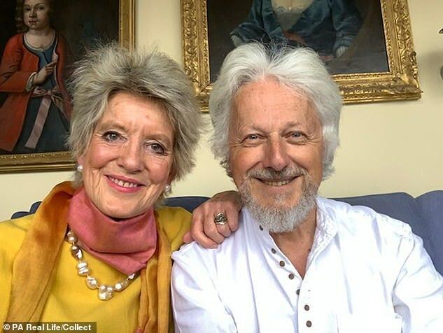 Ông Brian và Liz đính hôn những năm 1970 và đoàn tụ trở lại năm 2015. Trong ảnh họ đang tận hưởng những ngày nghỉ hưu bên nhau tháng 5/2020. Ảnh: Dailymail.