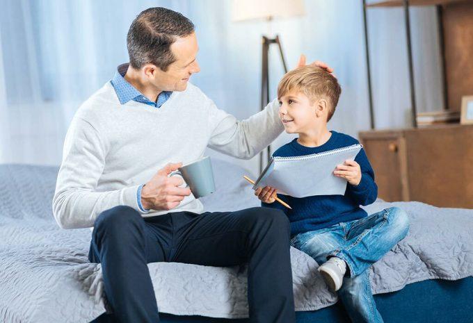Lời khen tập trung vào nỗ lực sẽ khiến khuyến khích trẻ học được nhiều hơn và hào hứng đón nhận thử thách mới. Ảnh: Parenting.