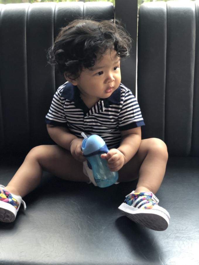 Bé Tuni Tống (17 tháng tuổi) có mái tóc xoăn, má phúng phính và cặp mắt to tròn