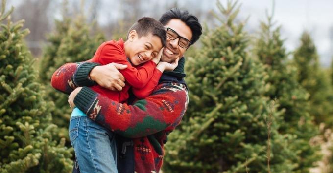 Những cái ôm giúp giải phóngOxytocin - loại hormone của tình yêu thương,giúp trẻ bình tĩnh, giảm lo lắng. Ảnh: Children Headline.