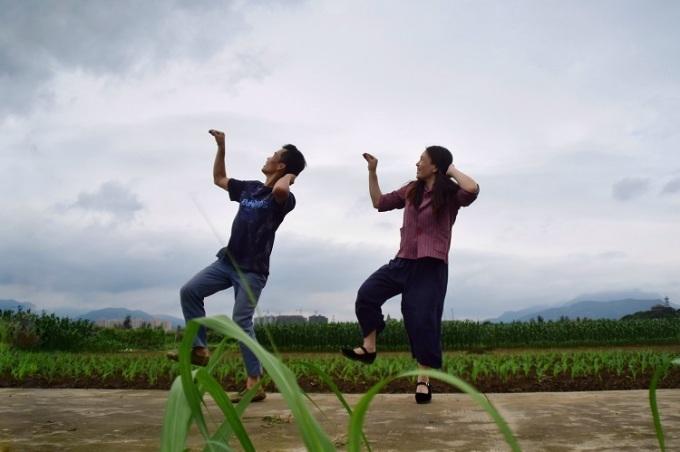 Vợ chồng anh Fan nhảy trên cánh đồng nhà mình. Ảnh: Chinadaily.