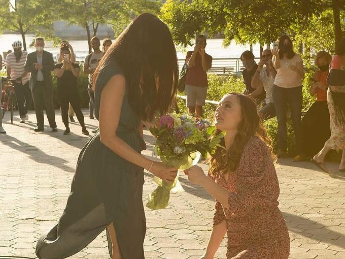 Alyssa cầu hôn bạn gái gốc Việt. Ảnh: Insider.